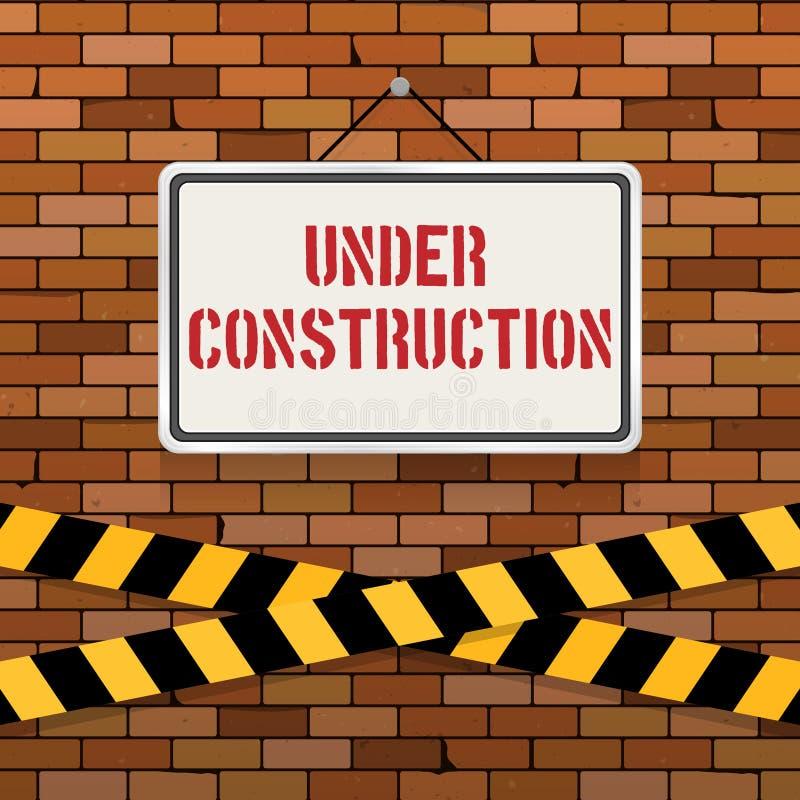 Eenvoudig wit teken met tekst ` in aanbouw ` het hangen op een rode bakstenen muur met waarschuwingsbanden Metselwerkachtergrond royalty-vrije illustratie