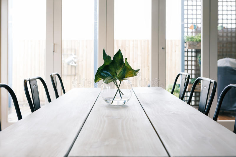 Eenvoudige achtergrond van een licht helder eigentijds eetkamerlusje stock foto