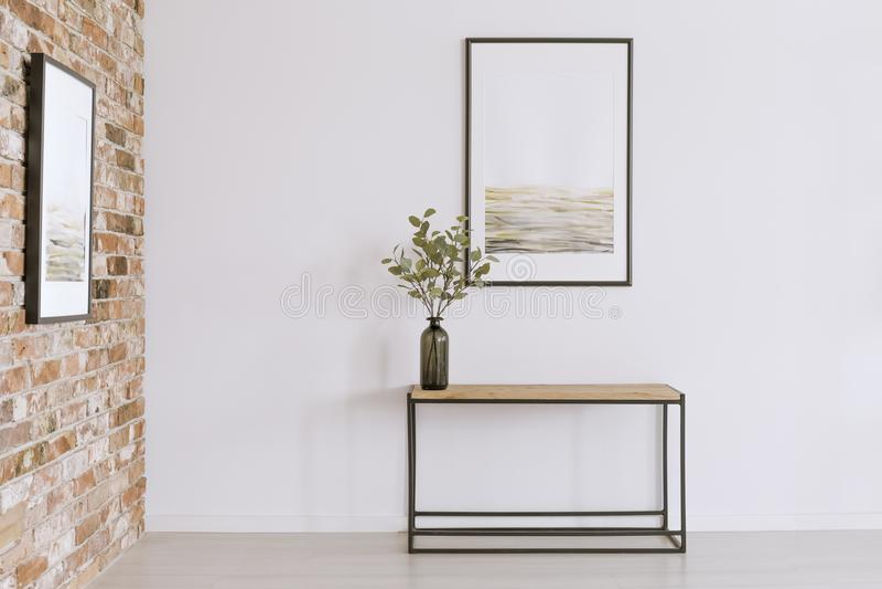 Eenvoudige affiche in kunstgalerie stock foto