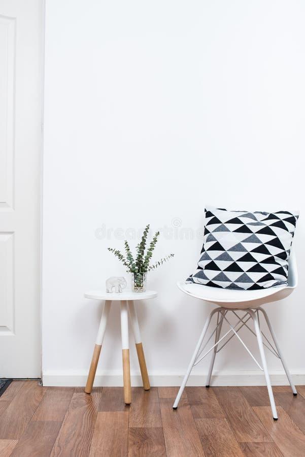 Eenvoudige decorvoorwerpen, minimalistisch wit binnenland royalty-vrije stock foto