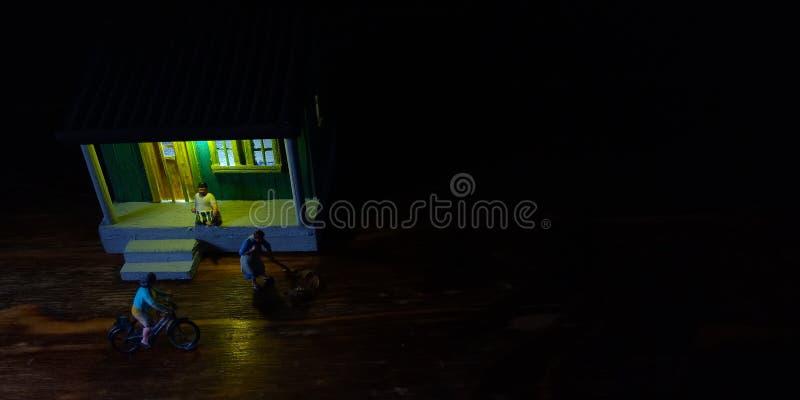 Eenvoudige Foto Conceptueel, Village People-begin aan het doen van activiteit in de zeer vroege ochtend, met zwarte negatieve rui stock afbeelding