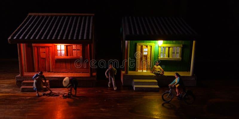 Eenvoudige Foto Conceptueel, Village People-begin aan het doen van activiteit in de zeer vroege ochtend, met zwarte negatieve rui stock afbeeldingen