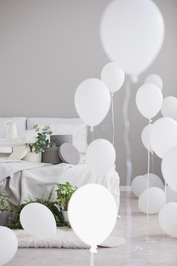 Eenvoudige grijze Skandinavische slaapkamer met comfortabel beddegoed en ronde vakjes, echte foto met exemplaarruimte royalty-vrije stock foto's