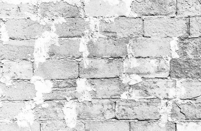 Eenvoudige grungy witte bakstenen muuroppervlakte met bovenmatig cement die de grote concrete achtergrond van de het patroontextu stock foto's