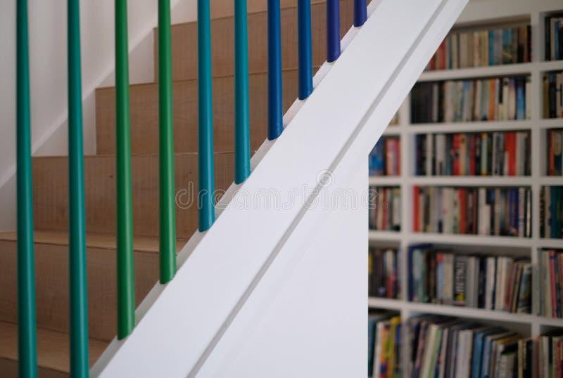 Eenvoudige houten die trap met assen in groene, turkooise en blauwe ombrekleuren worden geschilderd stock foto's
