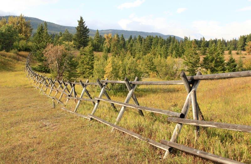 Eenvoudige Houten Omheining Traverses het Dalingslandschap van Montana stock afbeelding