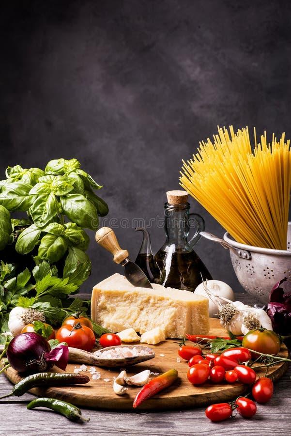 Eenvoudige ingrediënten voor het koken van spaghetti stock afbeeldingen