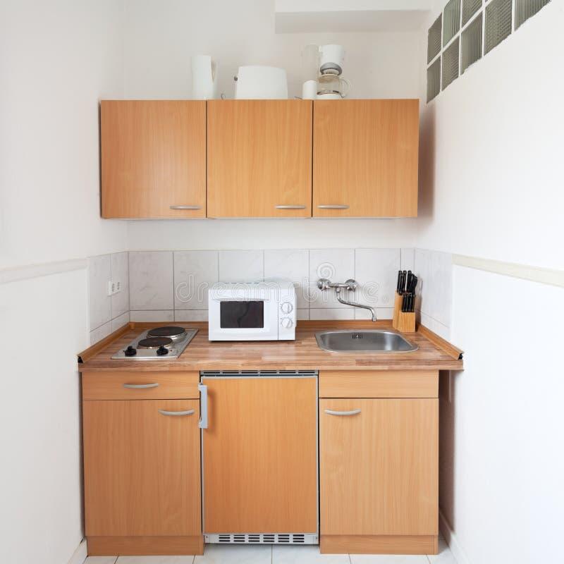 Eenvoudige keuken met meubilairreeks royalty-vrije stock afbeeldingen