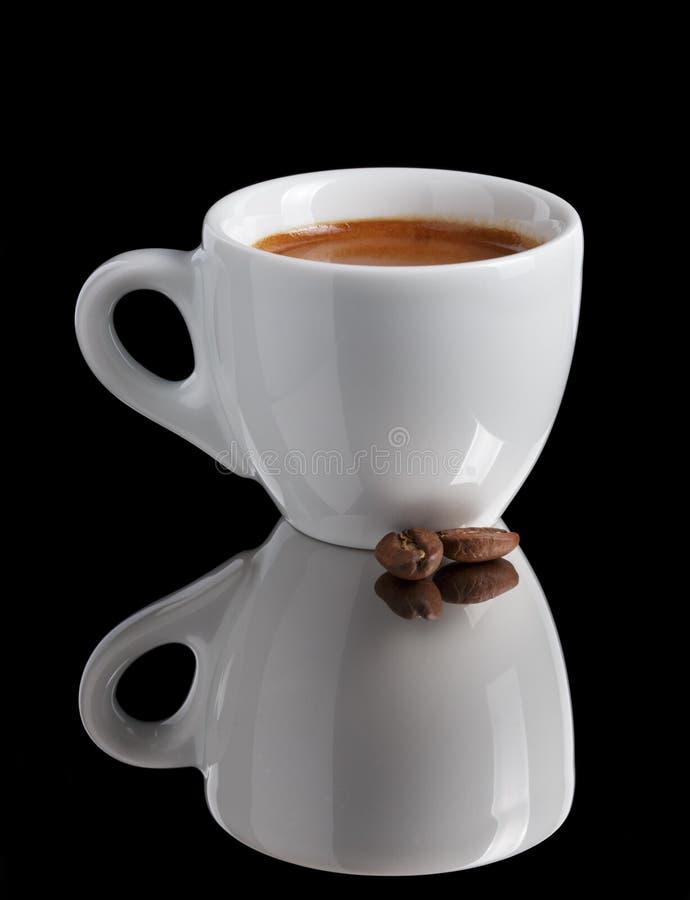 Eenvoudige kop van vers gemaakte dubbele espresso stock foto's