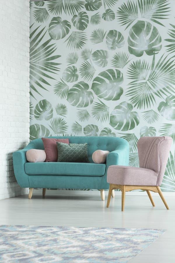 Eenvoudige laag en roze leunstoel royalty-vrije stock afbeelding