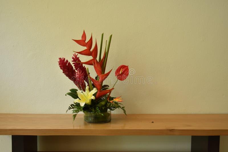 Eenvoudige maar elegante bloemdecoratie stock foto's