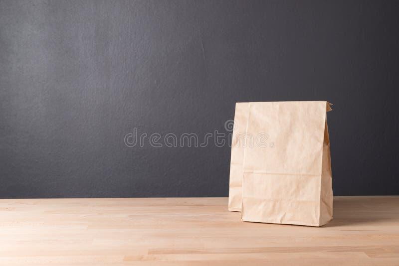 Eenvoudige pakpapierzak voor lunch of voedsel op lijst royalty-vrije stock fotografie