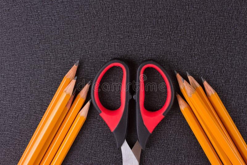Eenvoudige potloden en schaar royalty-vrije stock afbeelding