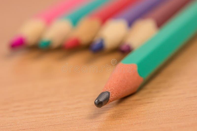 Eenvoudige potloodtribunes uit onder gekleurd stock afbeelding
