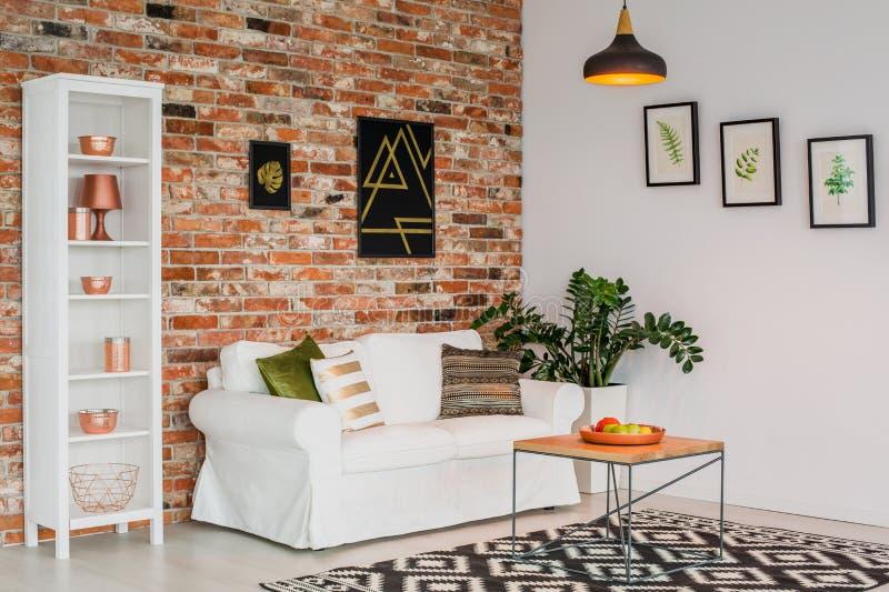 Eenvoudige ruimte met wit meubilair stock foto