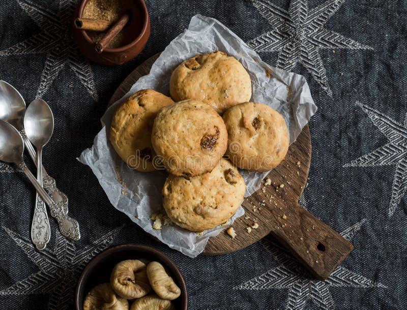 Eenvoudige rustieke eigengemaakte koekjes met droge fig. en rozijnen op een houten scherpe raad royalty-vrije stock fotografie