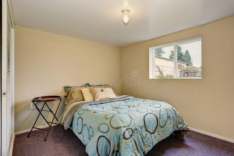 Eenvoudige Slaapkamer Met Purper Tapijt Stock Foto - Afbeelding ...