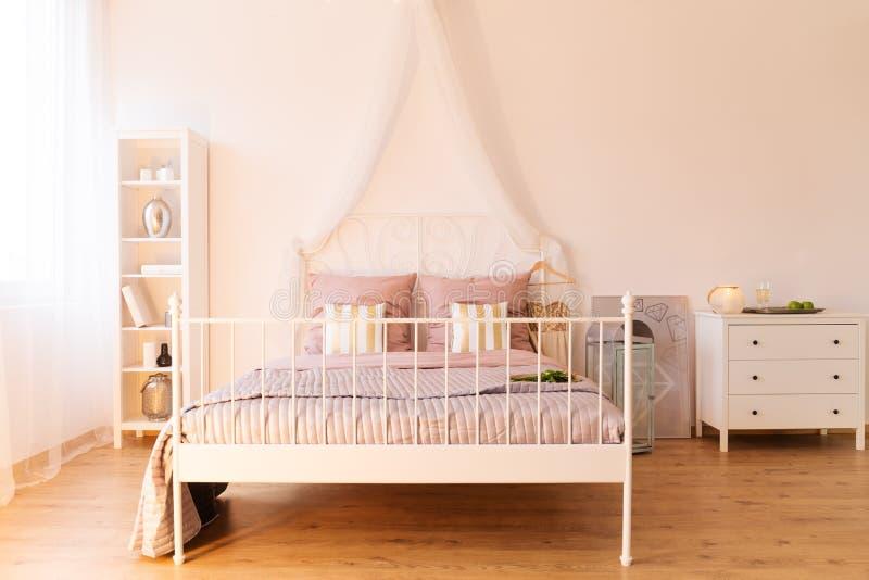 eenvoudige slaapkamer met tweepersoonsbed stock foto afbeelding