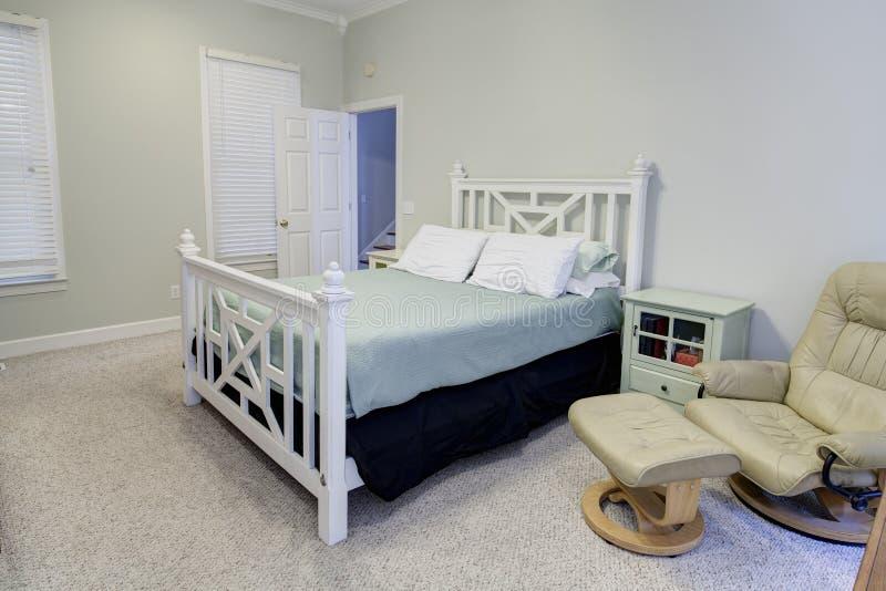 Kleuren Op Slaapkamer : Eenvoudige slaapkamer in neutrale kleuren stock foto afbeelding