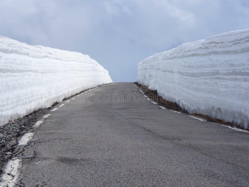 Eenvoudige sneeuwsporen - portret Bergweg met hoge sneeuwmuur in Noorwegen royalty-vrije stock fotografie