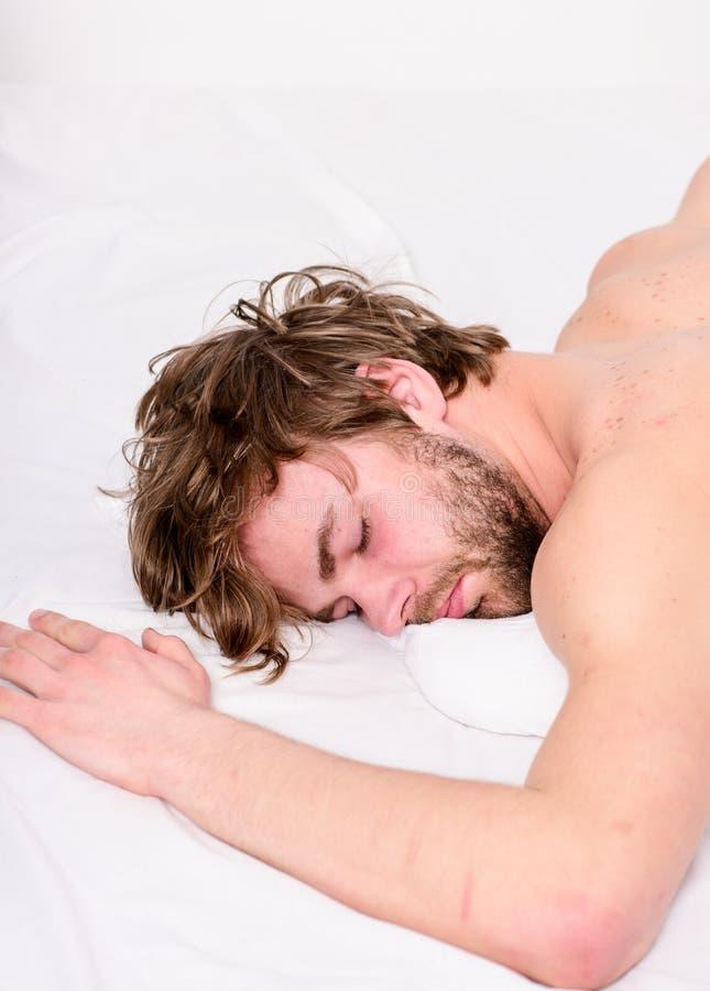Eenvoudige uiteinden om uw slaap te verbeteren Ontspant de kerel gebaarde macho in ochtend Het totaal ontspant concept Ontspant d stock foto's