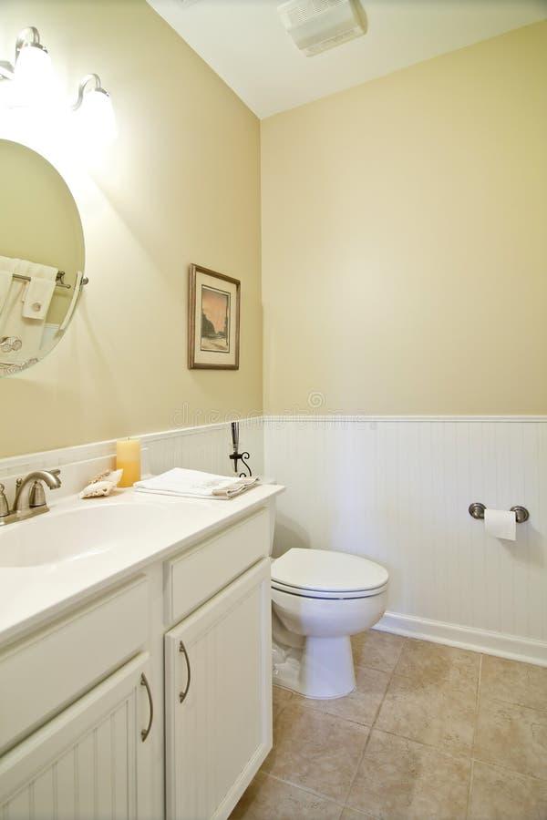 Eenvoudige witte badkamers royalty-vrije stock foto's