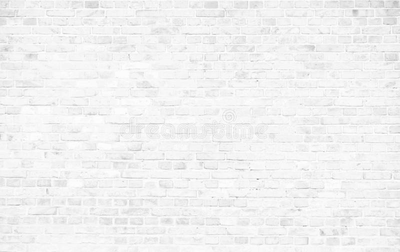 Eenvoudige witte bakstenen muur met lichtgrijze schaduwen en grungy achtergrond van de de oppervlaktetextuur van het textuur naad royalty-vrije stock foto's