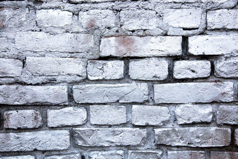 Eenvoudige witte en grijze die bakstenen muur met de metaal bespoten achtergrond van de inkttextuur wordt geschilderd stock foto
