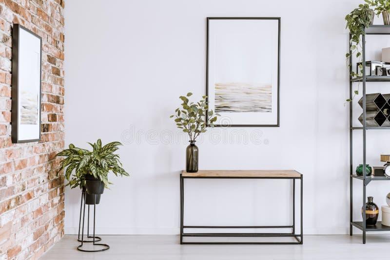 Eenvoudige woonkamer met affiche stock foto