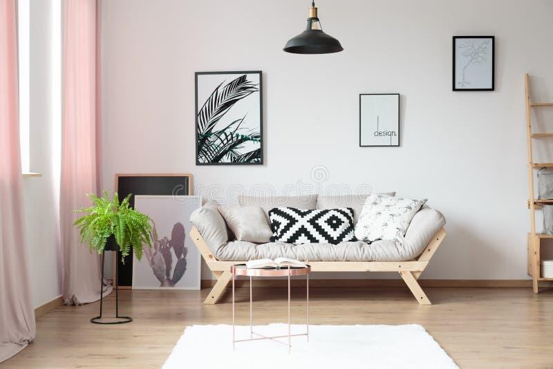 Eenvoudige woonkamer met varen royalty-vrije stock afbeelding