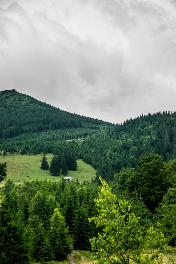 Eenzaam buitenhuis op een berg royalty-vrije stock foto