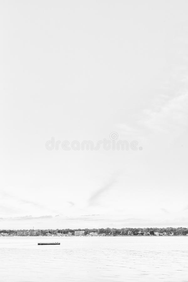 Eenzaam Dok die in Midden van Haven drijven stock foto