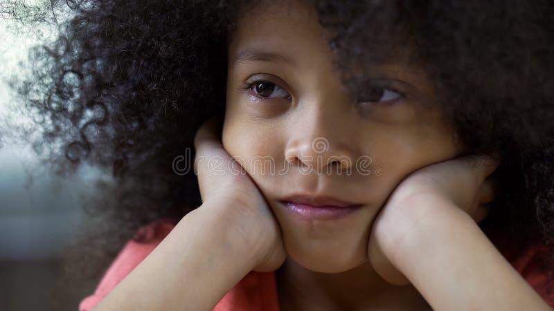 Eenzaam droevig zwart meisje die recht, denkend over vrienden, gezichtsclose-up kijken royalty-vrije stock afbeelding