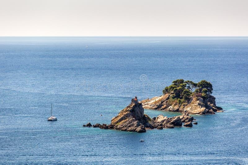 Eenzaam eiland in Montenegro stock afbeeldingen