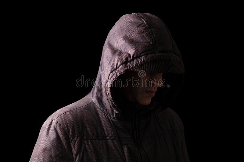 Eenzaam, gedeprimeerd en breekbaar Kaukasisch of wit mensen verbergend gezicht, die zich in de duisternis bevinden stock fotografie