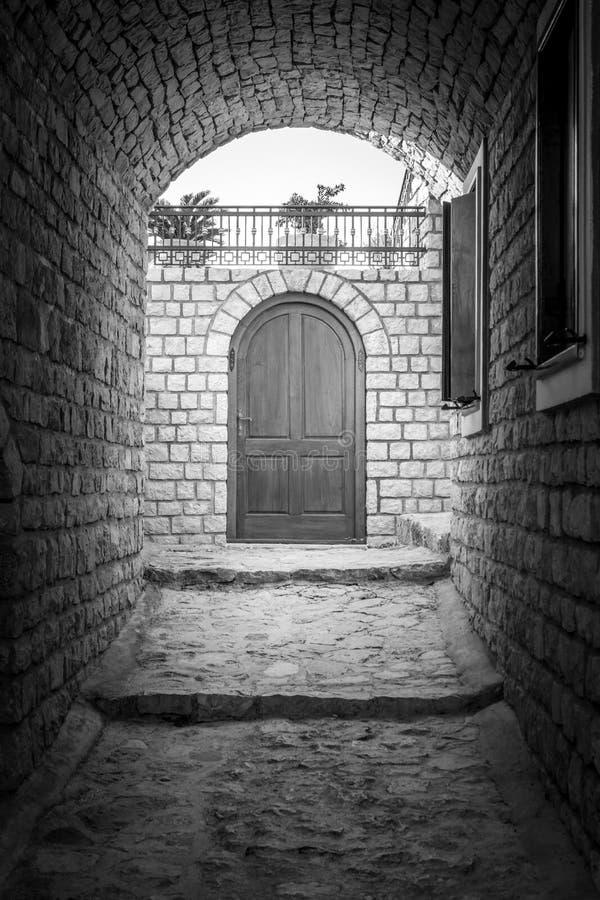 Eenzaam hoekje in oude stad Ulcinj montenegro royalty-vrije stock foto's
