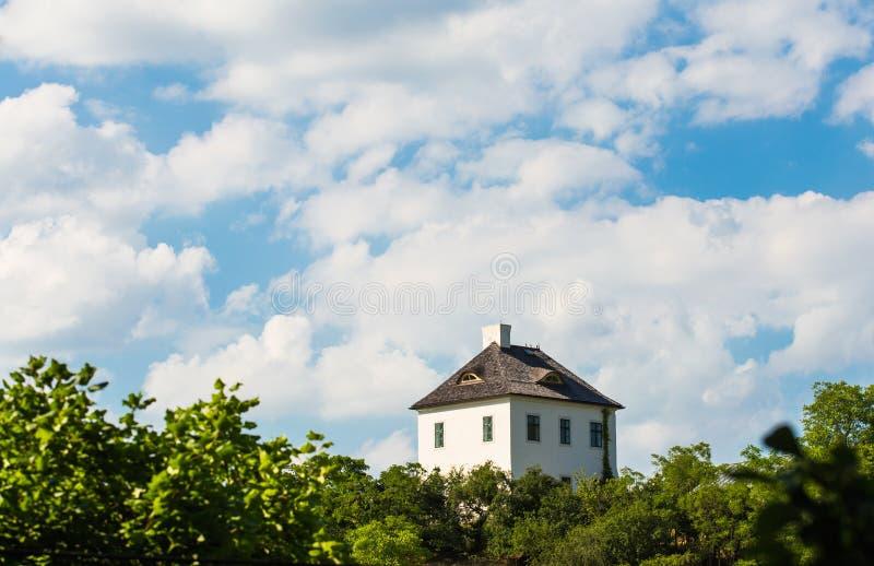 Eenzaam huis bovenop heuvel met blauwe hemel royalty-vrije stock foto