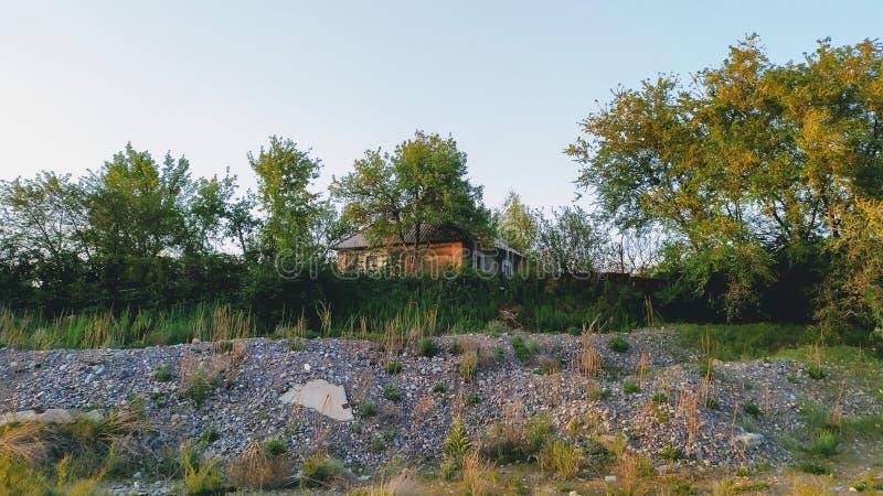 Eenzaam huis op de bovenkant van een heuvel royalty-vrije stock fotografie