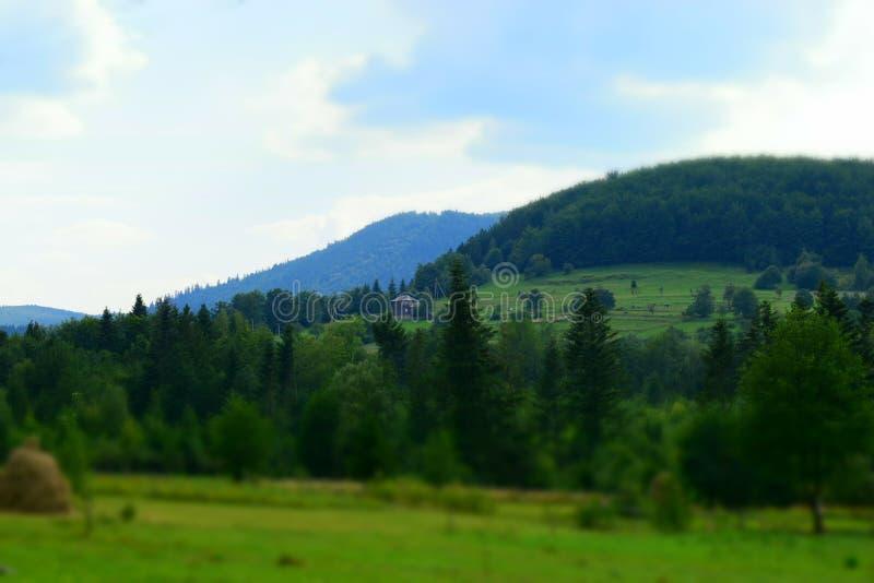 Eenzaam huis op een heuvel stock afbeeldingen