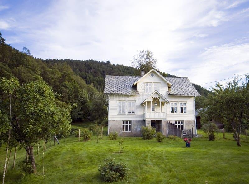 Eenzaam huis op heuvel, Noorwegen royalty-vrije stock foto