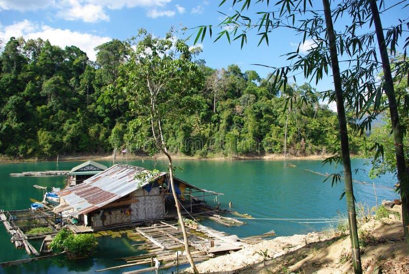 Eenzaam huis in wildernis - khao sok royalty-vrije stock afbeelding