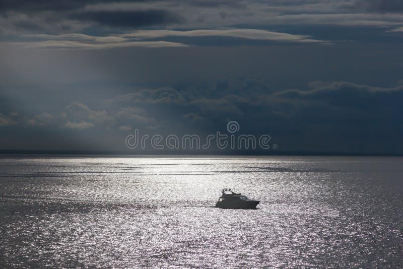 Eenzaam jacht in de zon op het overzeese Zeilenthema stock afbeelding