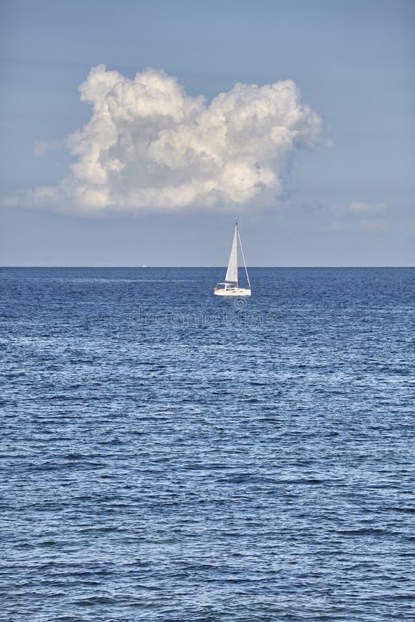 Eenzaam jacht op de horizon stock fotografie