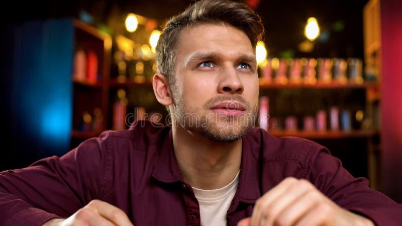 Eenzaam Kaukasisch mens het besteden tijd het letten op nieuws op TV in bar, die vrije tijd gelijk maken royalty-vrije stock foto's