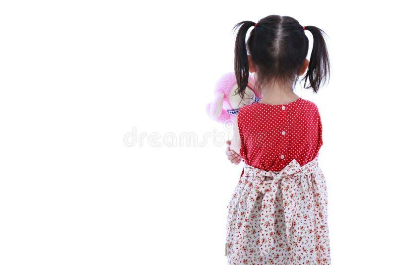 Eenzaam kind met poppen droevig gebaar Achter mening Geïsoleerd op wit royalty-vrije stock afbeelding