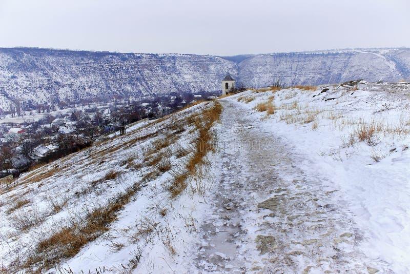 Eenzaam klooster in de winter stock foto's
