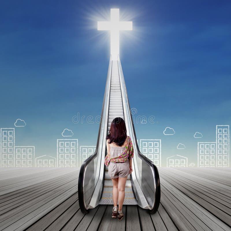 Eenzaam meisje die geestelijke reis doen stock afbeeldingen
