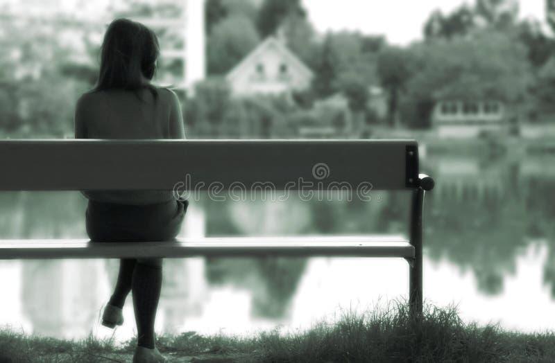 Eenzaam meisje door het meer