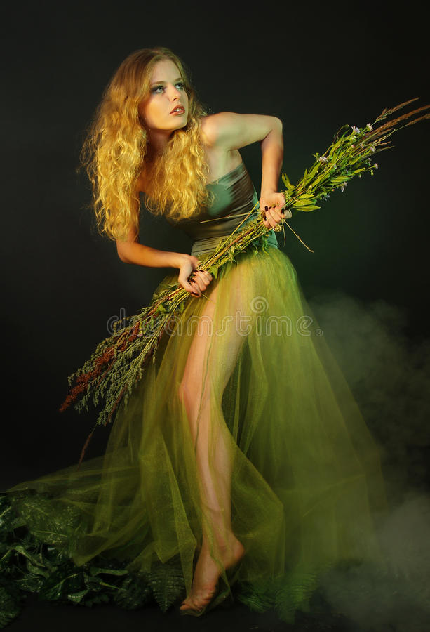 Eenzaam meisje in een lange groene kleding royalty-vrije stock foto