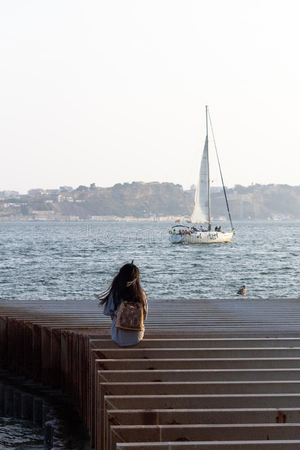 Eenzaam Meisje en een Zeilboot stock foto's